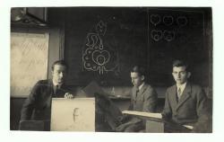 Érettségi előtt a rajzteremben, középen Takáts Gyula (1929)