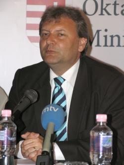 Hiller István miniszter