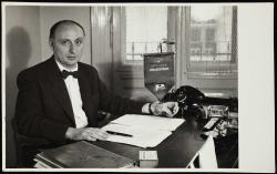 Vas István íróasztalánál