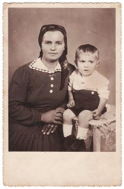 Utassy Józsefné, Kiss Margit gyermekével (1942)