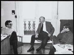 Lator László, Vas István és Várady Szabolcs az Európa Kiadó szerkesztőségében, 1975 (Fotó: Gara György)