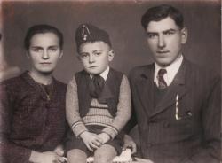 A nevelőapával, a cipész Kovách Ferenccel kiegészült család