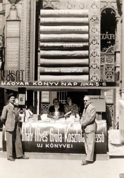 Tersánszky Józsi Jenő és Komlós Aladár az Ünnepi Könyvhéten a Párisi udvarban, a Nyugat sátránál (1941)
