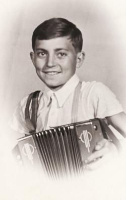 Kisdiákként tangóharmonikával