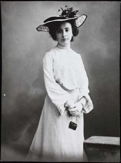 Leánykori kép édesanyjáról