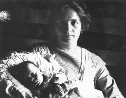 Felesége, Schéfer Ida első gyermekükkel, Jékely Zoltánnal, 1913