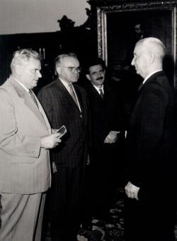 Dobi István, Kiss Károly és Aczél György átadják a Munka Érdemrendet (1963)