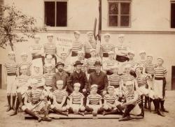 A nagybányai fiúgimnázium diákja (ülő sor: jobbra, legszélén)