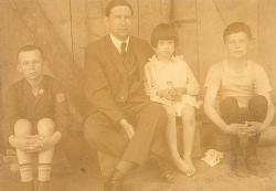 Áprily Lajos három gyermekével (Zoltán, Márta, Endre), 1927