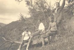 Áprily Lajos három gyermekével (Márta, Zoltán, Endre) hójai kiránduláson, 1929