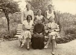 Családjával a Baár-Madas kertjében, 1934