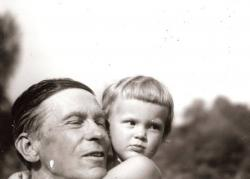 Első unokájával, az 1946-ban elhunyt Mikecs Annával (1945, Visegrád)