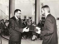 Pro Urbe kitüntetés átvétele. (Átadja Kocsis Imre Antal polgármester) (Szekszárd, 1994)