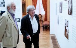 Szakonyi Károly és Konrád György a Jékely Zoltán és a szakralitás című kiállítást nézve