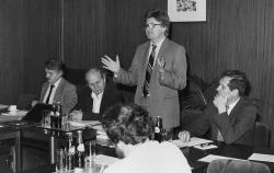 A Bethlen Alapítvány sajtótájékoztatóján, mellette a Titkárságból Bakos István, Kodolányi Gyula és Kiss Gy. Csaba