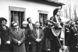 A Nagy László-emlékház avatásán Iszkázon. Nagy Gáspár mellett Fodor András, a hátsó sorban Czine Mihály, Sebő Ferenc énekel (1984)