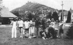 """A szigligeti """"futballcsapat"""": Csordás Gábor, Dés László, Esterházy Péter, Lukáts Andor, Zalán Tibor, Balázs Árpád, Balázs Ádám, Nagy Gáspár, Kautzky Norbert (1991)"""