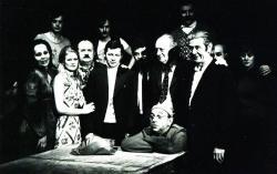 Csiki László az Öreg ház című művének kolozsvári előadásán Harag György rendező és a darabban szereplő színészek társaságában (1978)