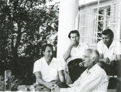 Balról jobbra: Tüskés Tibor, Fodor András, Takáts Gyula, B. L. (Becehegyen, Takáts Gyula házának teraszán, 1972. augusztus 5.)