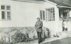 Bertók László a vései ház előtt