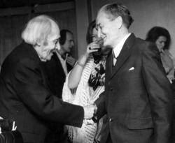 Déry Tibor gratulál a Gandhi című darab bemutatóján (Thália Színház, 1973. november 30.)
