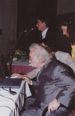 Határ Győző, a háttérben Magos György (2000, DIA)
