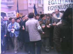 """Az 1990. febr. 10-ei marosvásárhelyi """"könyves-gyertyás"""" tüntetés élén"""