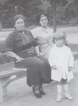 Anyjával és nővérével