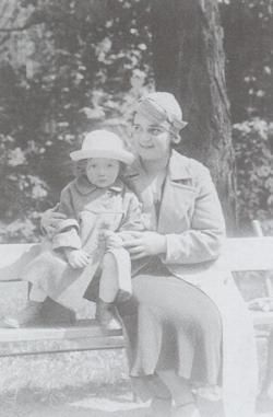 Nővérével, Magdával