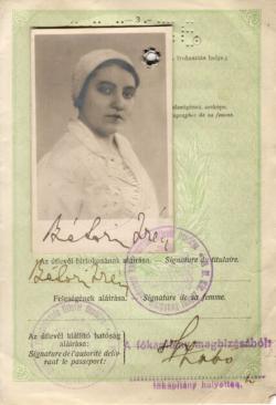 Felesége, Bátori Irén útlevelének egy lapja