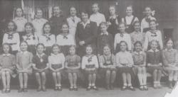 A Mária Terézia téri Mintaiskola diákjaként (x-szel jelölve)