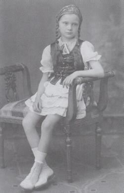 Iskolai bálon, hét évesen