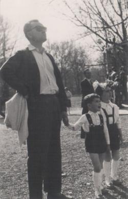 Gyermekeivel a ligeti parkban, 1961-ben