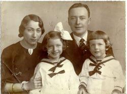 Szüleivel és nővérével (1936)