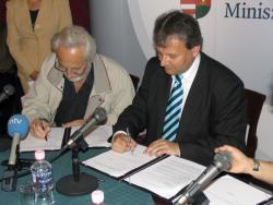Szakonyi és Hiller István jelképesen aláírják a DIA-tagok szerződését (2007, DIA)