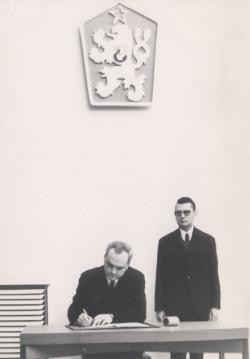 Miniszteri esküjének aláírása, 1969