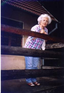Sütő Éva a sikaszói ház tornácán, 2002 augusztus