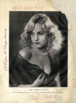 Marion Dougles angol színésznő a Theatre and Film 1928. júliusi számának címlapján. Ő ihlette a Prae című regény női főszereplőjének, Leatrice-nek alakját