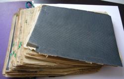 A Prae című regény kézirata, a gemkapcsok a tartalommutatóhoz jelzik a témákat