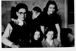 Nővérével és unokatestvéreivel (1947)