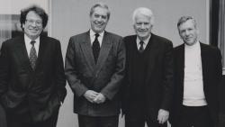 Konrád György, Mario Vargas Llosa , Jorge Semprún és Amos Oz a Német Könyvkereskedők Béke-díjának átadásán (Frankfurt, 1991)
