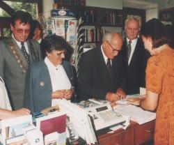 Göncz Árpád és felesége a Madách Kiadó pozsonyi könyvesboltjában