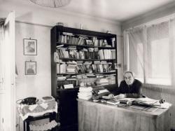 Zelk Zoltán a dolgozószobájában, 1971 (fotó: Balla Demeter)