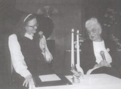 Szepes Máriát köszönti 90. születésnapján a Fészekben, 1998