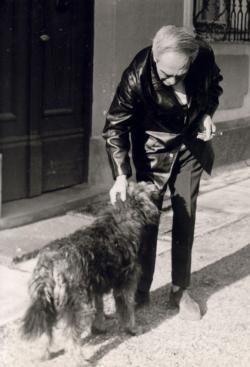 Zelk Zoltán a kutyájával