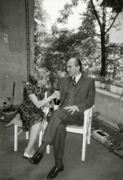 Szentkuthy Miklós és felesége, Eppinger Dóra (Dollyka) a Szilágyi Erzsébet fasori lakás teraszán, az 1980-as évek elején