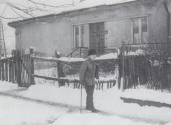 Apja a lerombolt rákosfalvi ház előtt