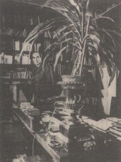 Dolgozószobájában