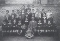 Elemi iskola, Rákosfalva, 1942 (ő fogja a táblát)