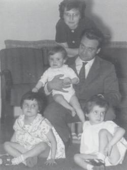 Három lányával és első feleségével, Salzmann Máriával a hatvanas évek közepén
